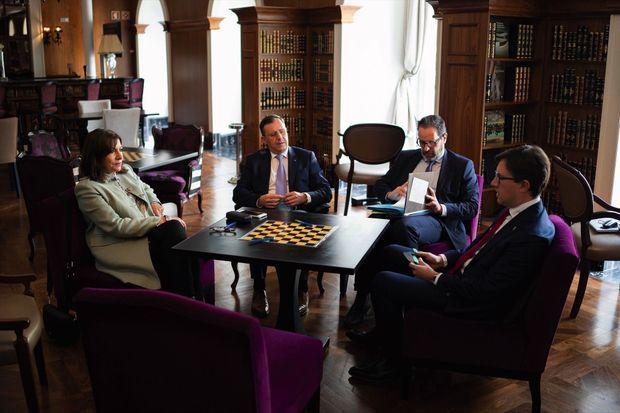 Échange avec Dario Nardella (à dr.), maire de Florence, sous l'œil de leurs conseillers respectifs, en marge du Forum social de Porto, le 6 mai.