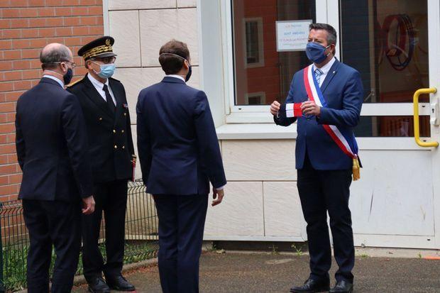 Macron et Blanquer visitent l'école Pierre de Ronsard, à Poissy le 5 mai 2020.