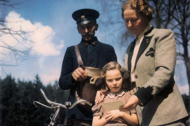 Edda Göring et sa mère recevant une lettre d'Hermann Göring, emprisonné, en 1946.