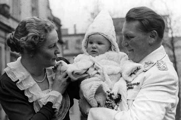 En 1939, Edda Göring entourée de ses parents.