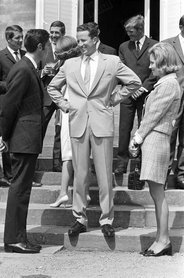 Eddy Merckx le 21 juillet 1969. Le vainqueur du 56e Tour de France, son épouse Claudine, son directeur sportif et ses neuf équipiers sont reçus au château de Laeken par le roi Baudouin, le jour de la fête nationale belge. L'entrevue a duré une heure.