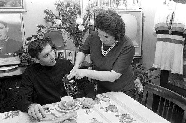 Eddy Merckx en septembre 1964, dans la maison de ses parents à Woluwe-Saint-Pierre, au petit déjeuner avec sa mère Jenny, qui lui verse son café. Il a 19 ans, et vient de remporter le titre de champion du monde amateur à Sallanches.