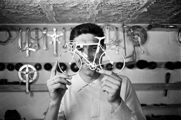 Eddy Merckx en avril 1968, dans sa nouvelle maison de Tervuren. Ici, dans son atelier avec un vélo miniature offert par un admirateur.