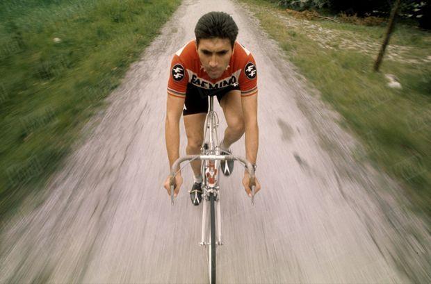 Eddy Merckx, vainqueur du Tour 1969, est en reconnaissance sur le parcours du Tour 1970 pour la radio RTL, en juin 1970. Le commentaire du favori sur l'étape du jour -alternant avec celui de Poulidor- passe tous les matins sur l'antenne.