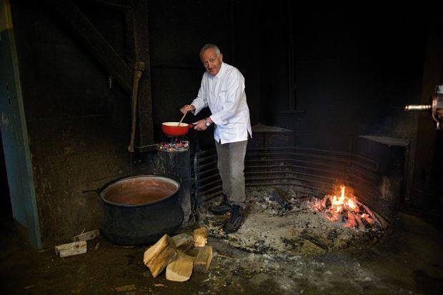 Le chef étoilé Edgard Bovier nous prépare une fondue à l'Etivaz au feu de bois Miam ! lausanne-palace.com.