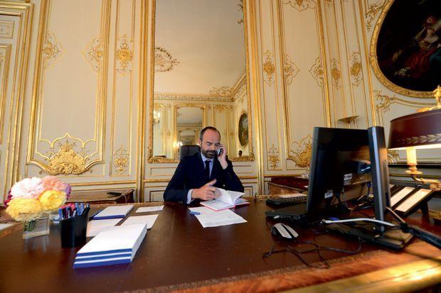 Sur le bureau d'Edouard Philippe, blocs-notes et stylos sont prêts... en attendant les futurs dossiers.