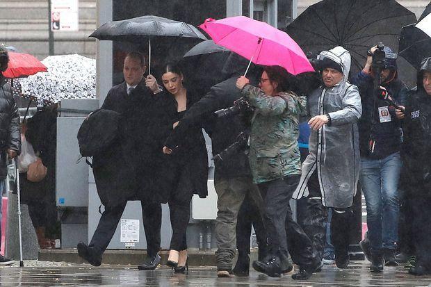 """En noir, Emma Coronel Aispuro, la femme d''El Chapo"""", arrive au procès de son mari."""