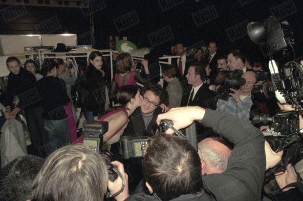 « Pari gagné. Backstage les mannequins viennent féliciter le jeune styliste. » - Paris Match n°2599, 18 mars 1999