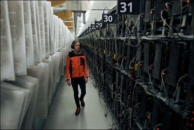 Elias, technicien chez Advania, une entreprise productrice de cryptomonnaies. A gauche, des rangées de filtres pour piéger la poussière.