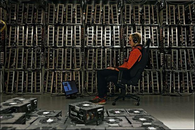 Elias veille sur les « mineurs », les barres aux 12 672 cartes graphiques. Ces calculettes surpuissantes résolvent les équations nécessaires aux transactions.