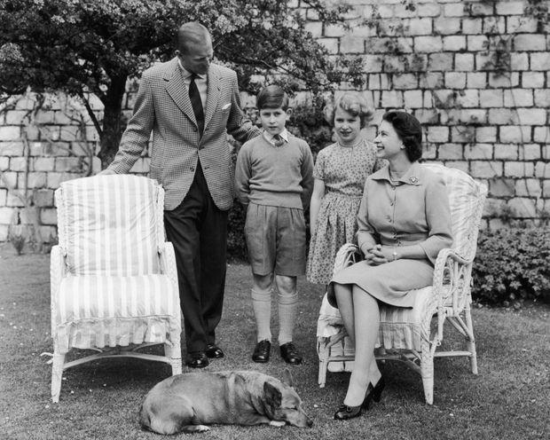 La reine Elizabeth II et son époux le prince Philip avec leurs enfants Charles et Anne, au château de Windsor avant le départ au Canada, en juin 1959.