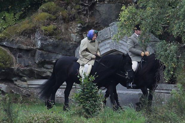 La reine Elizabeth II à cheval à Balmoral, le 10 septembre 2017