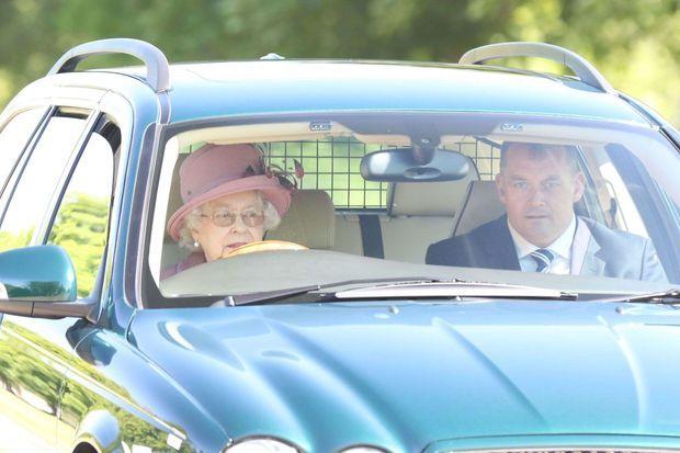 Elizabeth II au volant d'une Jaguar, en juillet dernier.