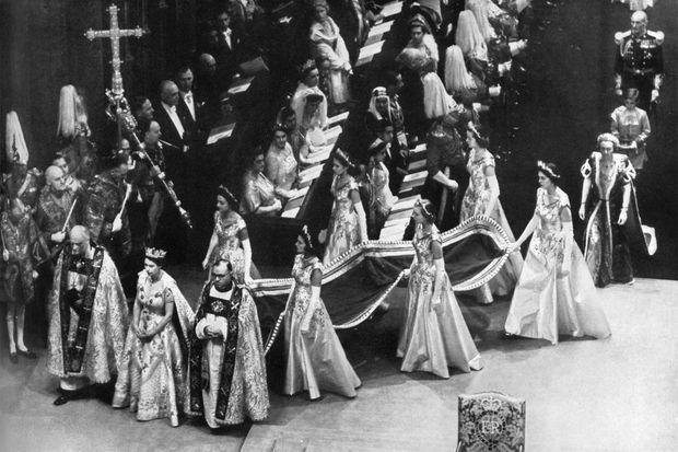 La reine Elizabeth II et ses dames d'honneur dans l'abbaye de Westminster, le 2 juin 1953