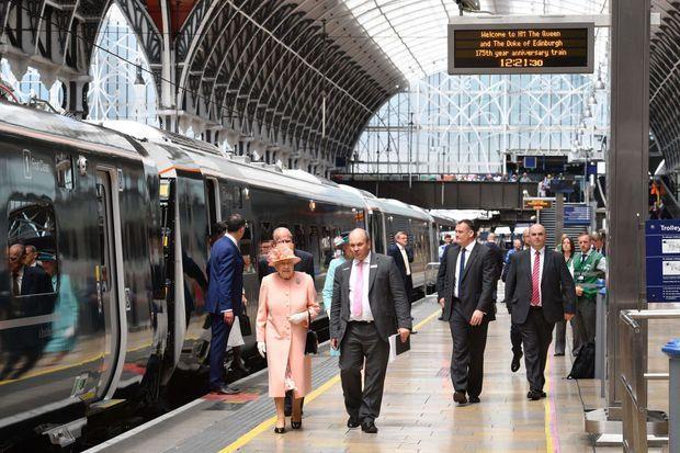 La reine Elizabeth II et le prince Philip à la gare de Slough, le 13 juin 2017