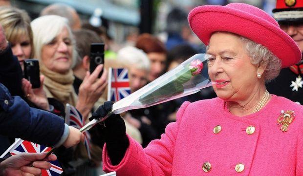 -Elizabeth II rose sur rose--