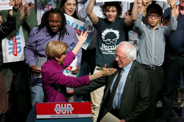 Elizabeth Warren et Bernie Sanders lors d'un meeting à Boston, en avril 2017.