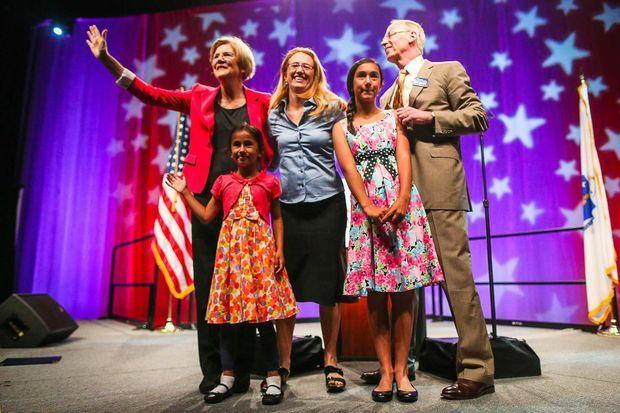 Elizabeth Warren et son mari Bruce Mann, avec sa fille Amelia et deux de ses petits-enfants, en juin 2012.