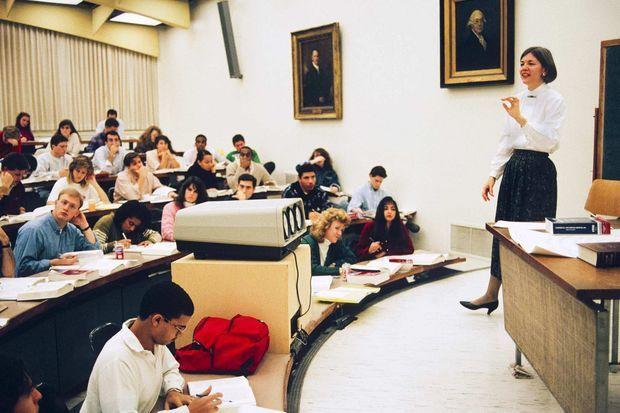 Elizabeth Warren enseignant à l'école de droit de l'Université de Pennsylvanie, au début des années 1990.