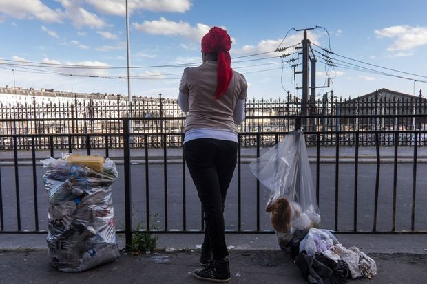 Elle est l'une des seules migrantes à avoir accepté de poser, de dos.