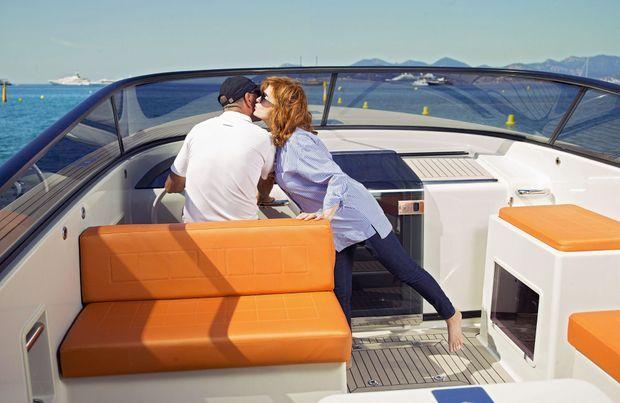 Elle n'a pas peur de faire des vagues... Sur le Van Dutch 40, l'un des plus beaux hors-bord du monde.