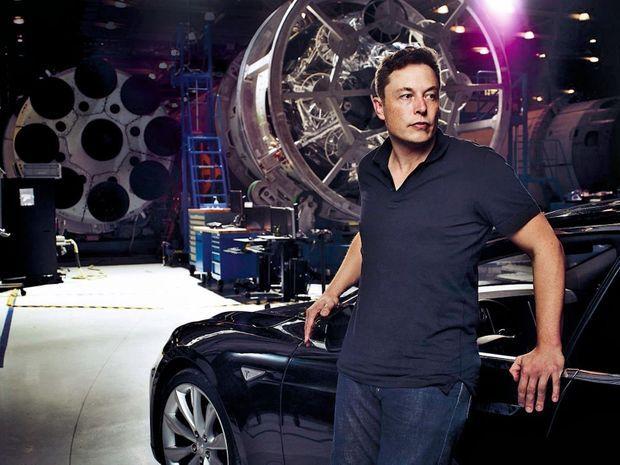 Elon Musk, patron de SpaceX et des voitures Tesla, craint la production, par accident, de « robots intelligents capables de détruire l'humanité ».