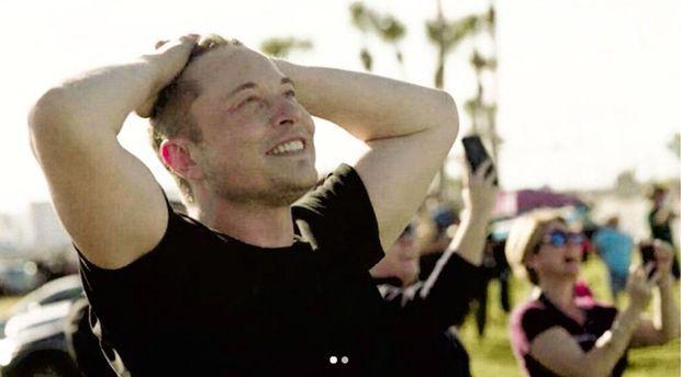 Elon Musk rayonnant après le lancement réussi de la Falcon Heavy.