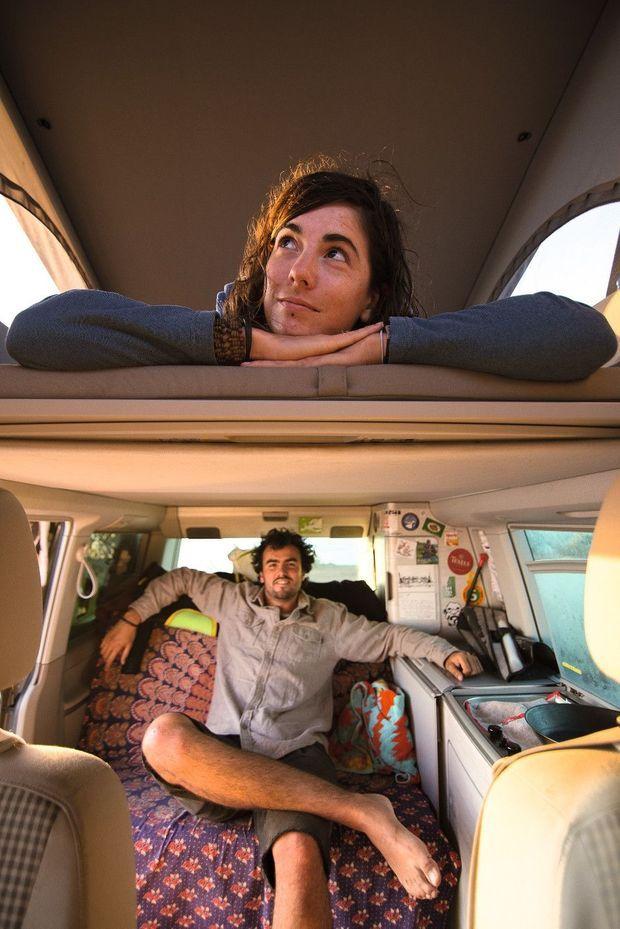 Elsa Frindik-Pierret et Bertrand Lanneau installés dans leur campervan.