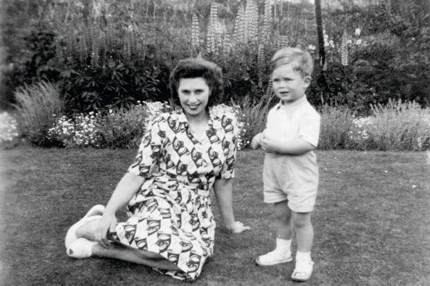 Elton, 2 ans, s'appelle encore Reginald. Il est ici à Pinner, en banlieue londonienne, avec sa mère, Sheila Dwight, employée de bureau. Entre eux, la relation aura toujours été conflictuelle.