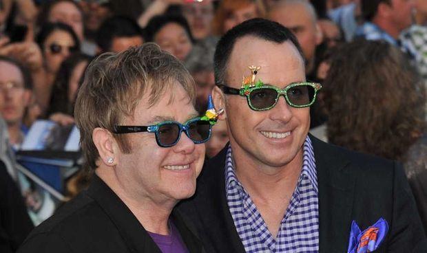 """Elton John et David Furnish à la première de """"Gnomeo & Juliet"""""""