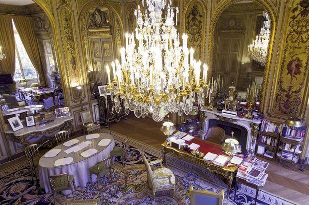 Le bureau du président, au premier étage. La pièce la plus précieuse du mobilier est le bureau, choisi par le général de Gaulle. Il est signé Charles Cressent, l'ébéniste du Régent.