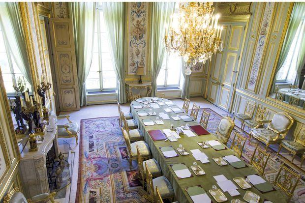 Le salon Vert jouxte le bureau présidentiel. François Hollande y retrouve ses plus proches collaborateurs. Pendant son mandat, l'endroit est dévolu aux conseils restreints de Défense : ici se sont décidées les interventions en Centrafrique et au Mali et les premières mesures au lendemain des attentats.