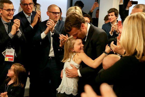 20 heures, Emma se jette dans les bras d'Emmanuel Macron.