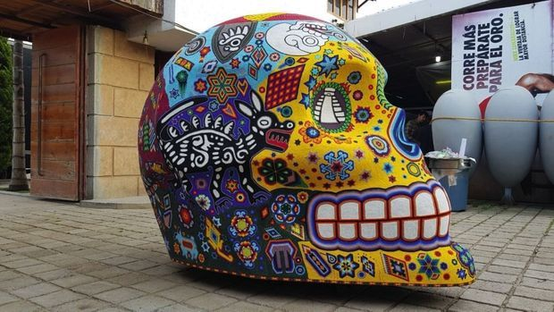Emblématiques de la culture mexicaine, des crânes géants peints par les artistes sont disposés dans les rues de la ville.