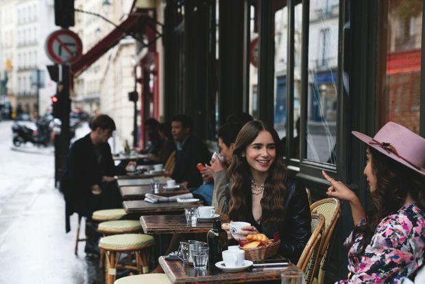 Une comédienne pétillante qui, dans « Emily in Paris », découvre une capitale très glamour, dont les terrasses incitent à la nostagie.