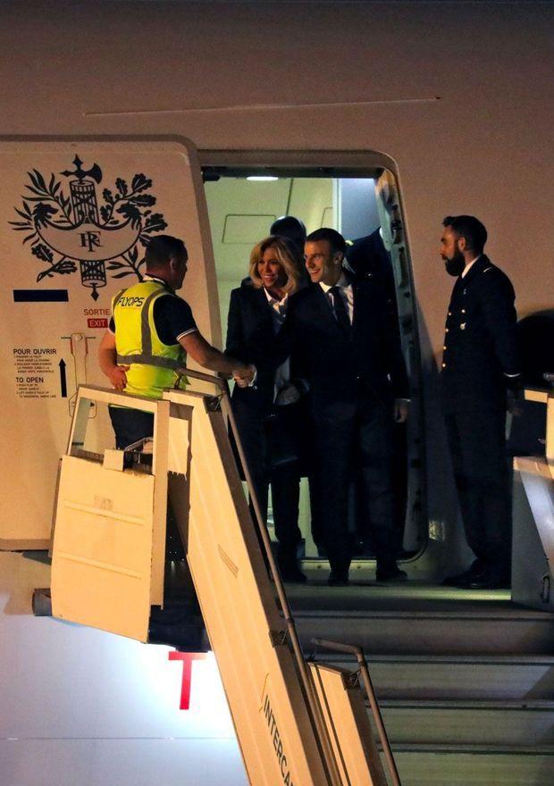 Emmanuel et Brigitte Macron accueillis par... un homme en gilet jaune, mercredi soir, à Buenos Aires.