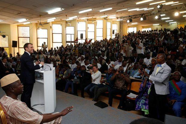Emmanuel Macron dans l'amphithéâtre Kadhafi de l'université de Ouagadougou, au Burkina Faso, le 28 novembre 2017.