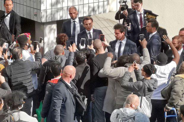 Emmanuel Macron à Pantin, mardi 7 avril. Ce bain de foule en plein confinement a été très critiqué par les oppositions et sur les réseaux sociaux.