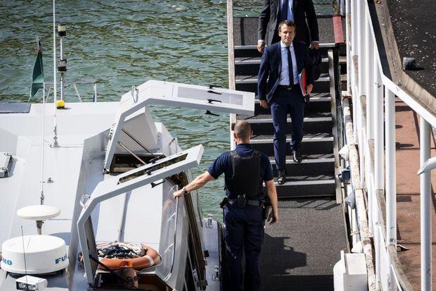 Emmanuel Macron a utilisé une navette fluviale pour rejoindre l'Elysée depuis Bercy, mardi après-midi.