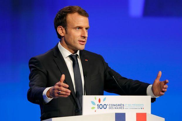 Derrière «France», «faire» est le deuxième mot le plus prononcé par le chef de l'Etat depuis le 7 mai. Le président attribue à cet infinitif une véritable portée politique. Il loue régulièrement la «volonté de faire» ou l'«envie de faire», supposées transcender les querelles partisanes. «Faire» est aussi un encouragement à dépasser les contraintes d'une administration jugée trop lourde. «Permettons de faire. Laissons les maires innover», lance-t-il le 23 novembre devant les édiles rassemblés à Paris (photo).