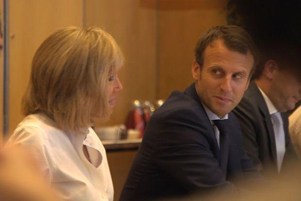 Le 30 août 2016, jour de sa démission du ministère de l'Economie, Emmanuel Macron est accompagné de Brigitte.