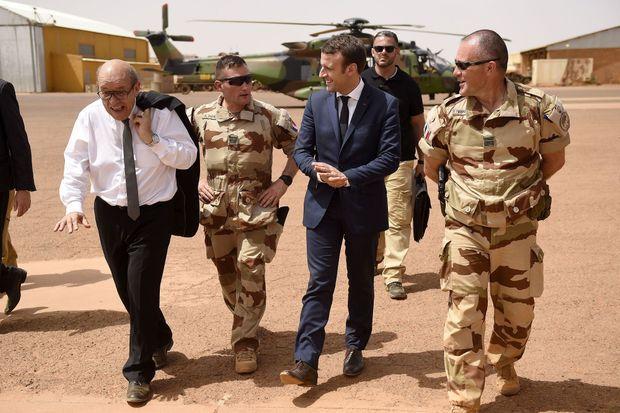 Le président Macron à Gao, au Mali, avec le ministre de la Défense, Jean-Yves Le Drian, le 19 mai.