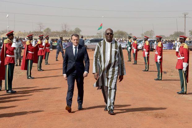 Emmanuel Macron avec le président burkinabé Roch Marc Christian Kaboré, le 29 novembre, avant la cérémonie d'inauguration d'une centrale solaire près de Ouagadougou.