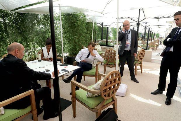Le 24 août, sur la terrasse de l'hôtel du Palais, avec le ministre des Affaires étrangères Jean-Yves Le Drian, Alice Rufo, conseillère diplomatique, et Philippe Etienne, le sherpa du président.