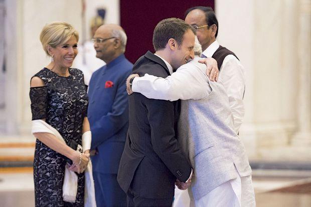 Accolade entre Emmanuel Macron et Narendra Modi lors du dîner de l'Alliance solaire internationale, le 10 mars.