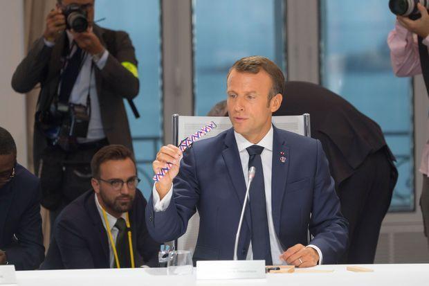 Emmanuel Macron présente la montre d'Awake, lundi à Biarritz.