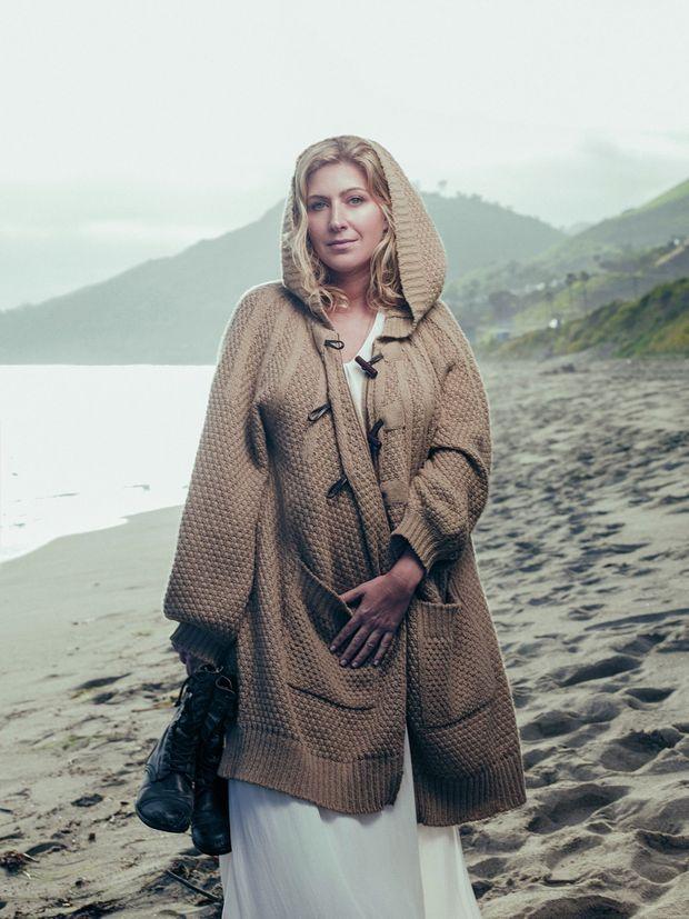Emmitouflée de laine pour arpenter la plage embrumée de Malibu en fin d'après-midi.