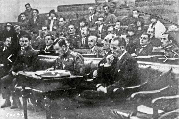 En 1922, à Athènes. Le prince André de Grèce (à droite) sera condamné à mort pou