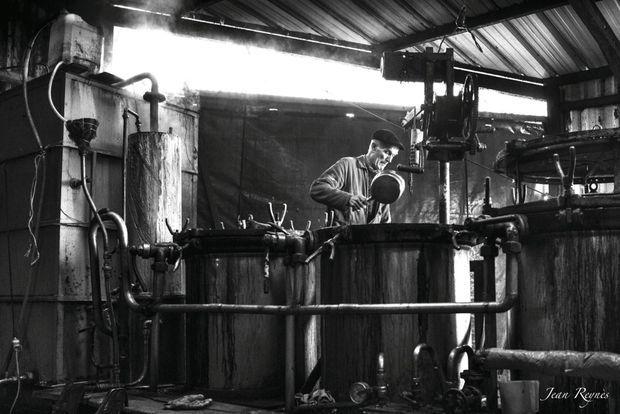 En 1960, il y avait en France plus de trois millions de bouilleurs de cru, comme ici le père de Laurent Cazottes qui était ambulant...