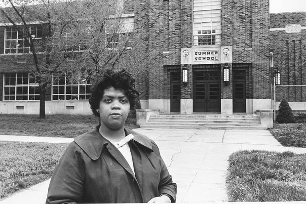 En 1964, Linda Brown revient devant la Sumner School.